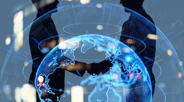 globales business-netzwerk-konzept. geschäftsmann händet hände. - freundschaftliche verbundenheit stock-fotos und bilder