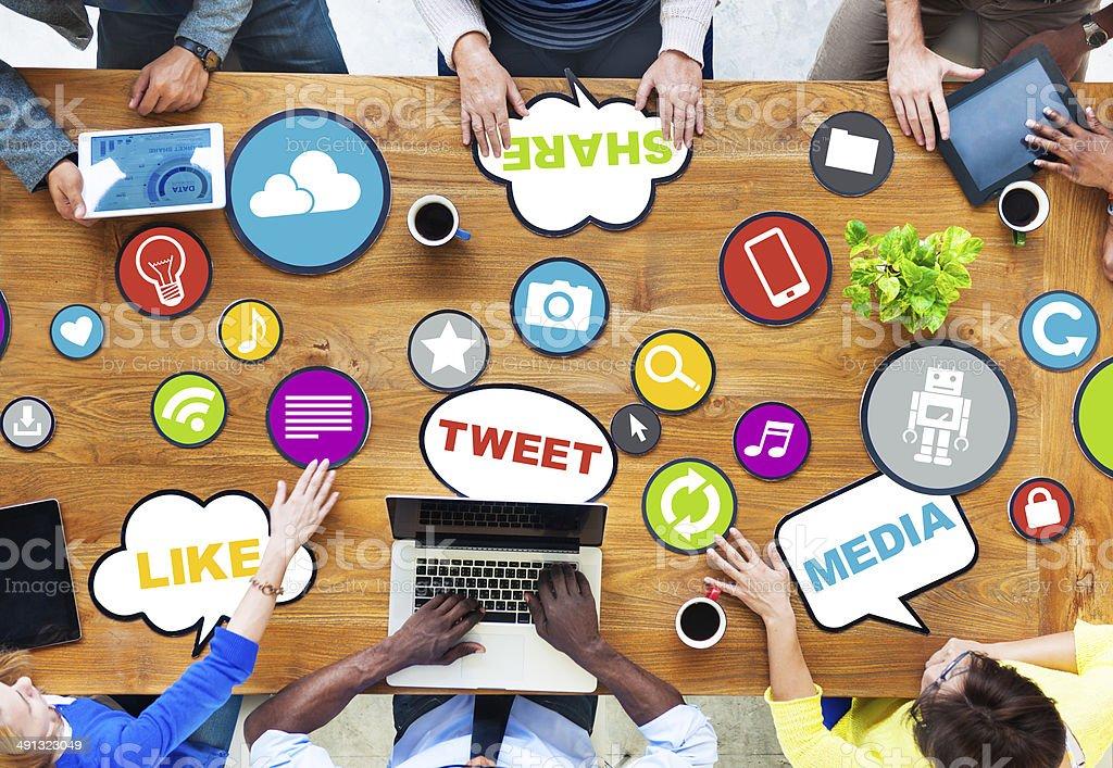 Comunicación Global en el grupo de trabajo de una tabla - foto de stock