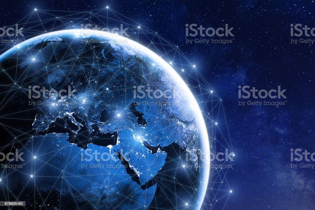 Red de comunicación global alrededor de planeta tierra en el espacio, intercambio en todo el mundo foto de stock libre de derechos