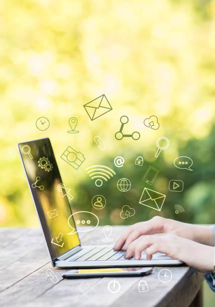 comunicación global  - social media fotografías e imágenes de stock