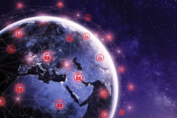 Globale Cyber-Angriff auf der ganzen Welt mit dem Planeten Erde aus dem Weltraum und Internet-Netzwerk-Kommunikation unter Cyber-Angriff mit roten Ikonen, weltweite Verbreitung von Viren online gesehen – Foto