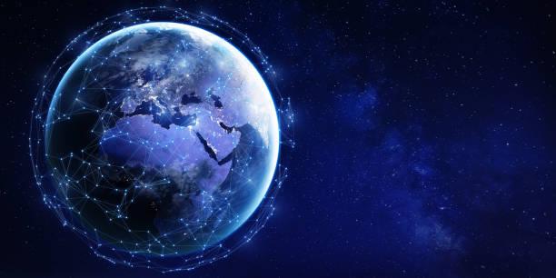 Globales Datenkommunikationsnetzwerk rund um den Planeten Erde vom Weltraum aus betrachtet mit vernetzter Netztechnologie für Internet der Dinge (IoT), Kryptowährung Blockchain, mobiles Web oder Cyberspace, Karte der NASA – Foto