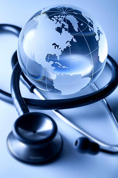 global de saúde. globo e estetoscópio. - mapa mundi imagens e fotografias de stock