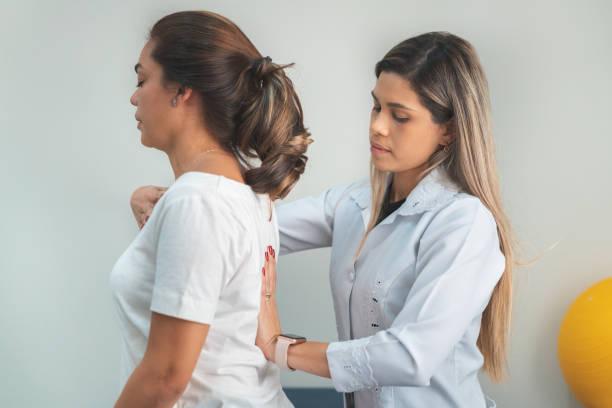 gpr - global postural re-education, correcting the patient's posture - postawa zdjęcia i obrazy z banku zdjęć