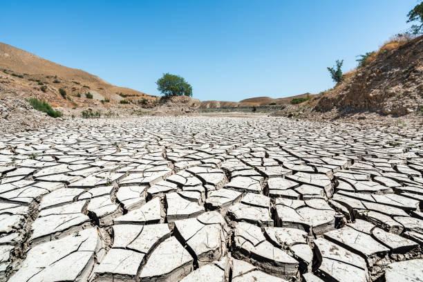 globalne ocieplenie wyschło w wielkim jeziorze - erodowany zdjęcia i obrazy z banku zdjęć