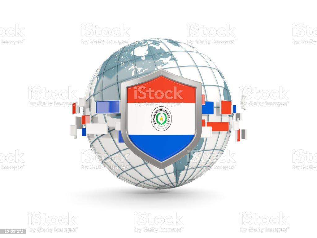 Globo y escudo con la bandera del paraguay aislado en blanco - foto de stock
