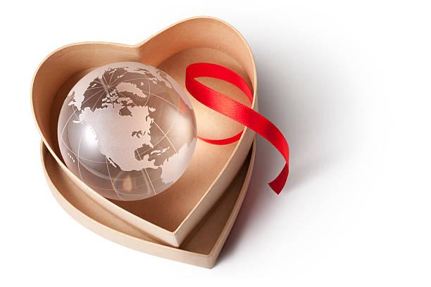 globo em uma caixa em forma de coração - mapa mundi imagens e fotografias de stock