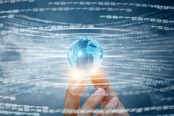 globe in hand op de achtergrond van de stroom van informatie. - new world stockfoto's en -beelden