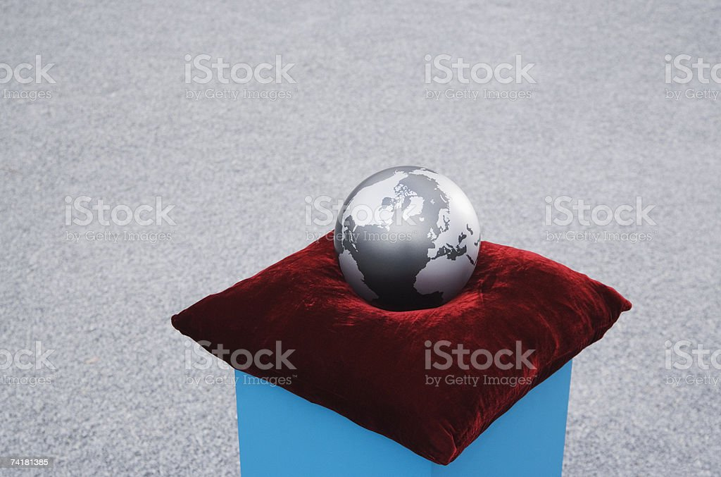 Globo na Almofada em pedestal ao ar livre foto de stock royalty-free