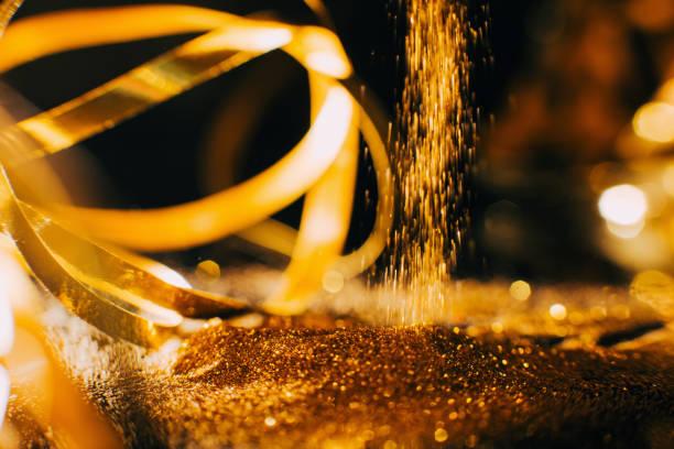 glänzend gold-glitter hintergrund nagel kunst make-up - nageldesign weihnachten stock-fotos und bilder