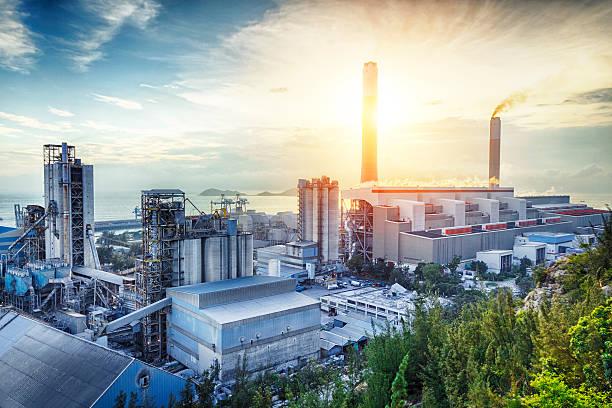 glow light of petrochemical industry on sunset. - 工業建築物 個照片及圖片檔