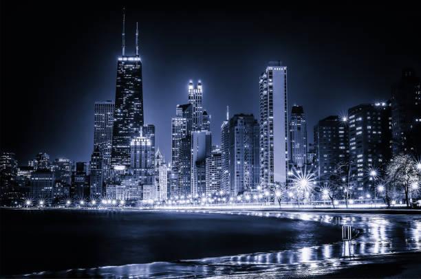 horizonte de chicago que brilla intensamente - chicago fotografías e imágenes de stock