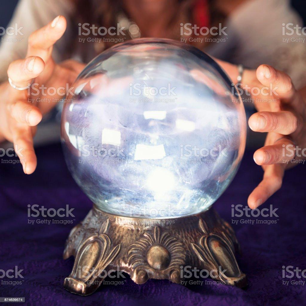 Bola de cristal brillante - foto de stock