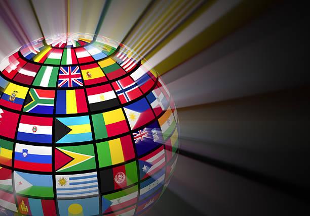 Globo con banderas del mundo brillante sobre fondo negro - foto de stock