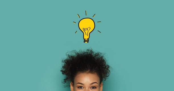 świecąca lampa pomysłowa nad głową afrykańskiej kobiety - natchnienie zdjęcia i obrazy z banku zdjęć