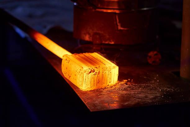 glühende eisen-barren auf dem tisch. roheisen werkstück für die herstellung von damaszener stahl. - damaststahl stock-fotos und bilder