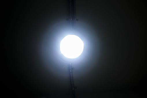 천장에 절연 후광이 빛나는 램프 0명에 대한 스톡 사진 및 기타 이미지