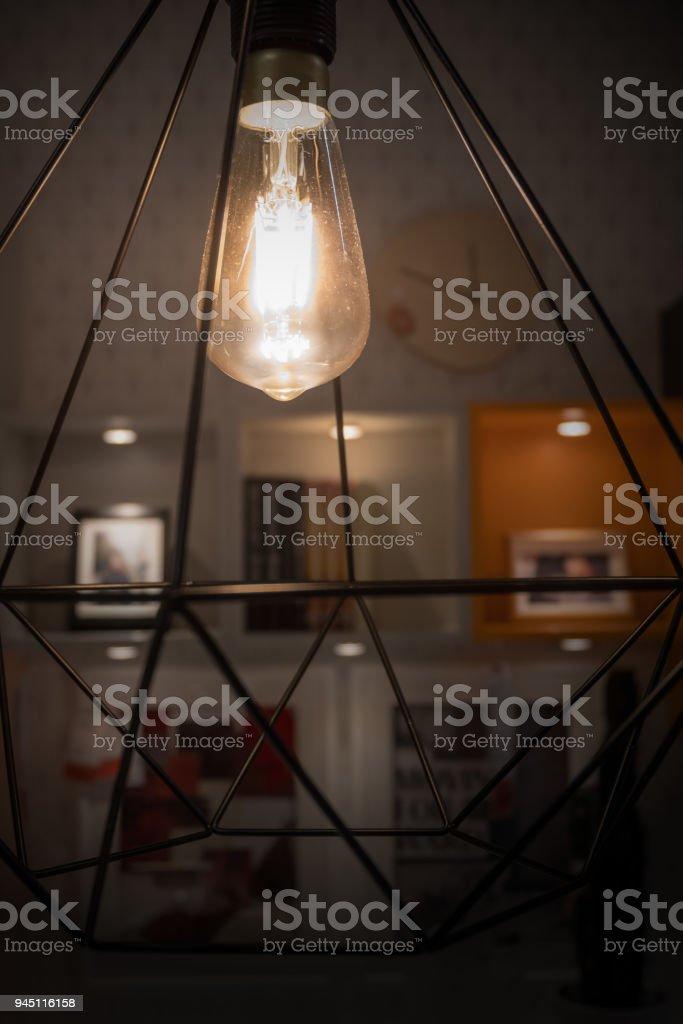 Wandplank Met Lamp.Een Gloeiende Gloeilamp In Moderne Lamp Met Wazig Decoratie Plank