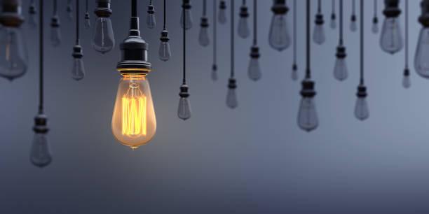 leuchtende glühbirne von der masse abheben - individualität stock-fotos und bilder