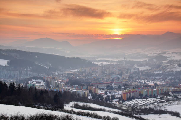 panelak 건물, 사회주의 시대 타워 블록, carpathians orava의 큰 / 낮은 fatra 범위가 눈 dolny kubin에 빛나는 빨간 하늘 / zilina 지역 슬로바키아 중앙 유럽 - 벨리카 파트라 뉴스 사진 이미지