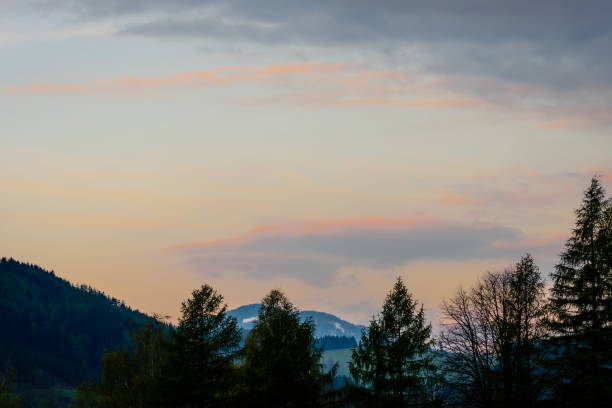 glühenden Himmel über den Bergen – Foto