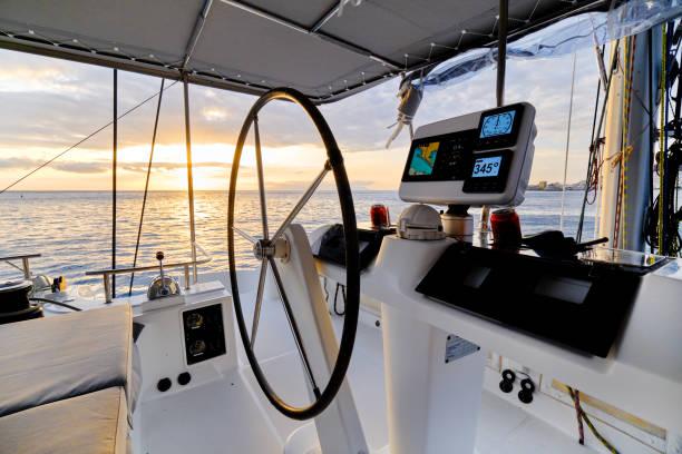 Glühender Sonnenuntergang Ozean ruhige Swasserblick von Katamaran Flybridge offenes Deck – Foto