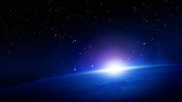 éclatante lumière du soleil sur l'horizon de la planète terre dans l'espace - galaxie photos et images de collection