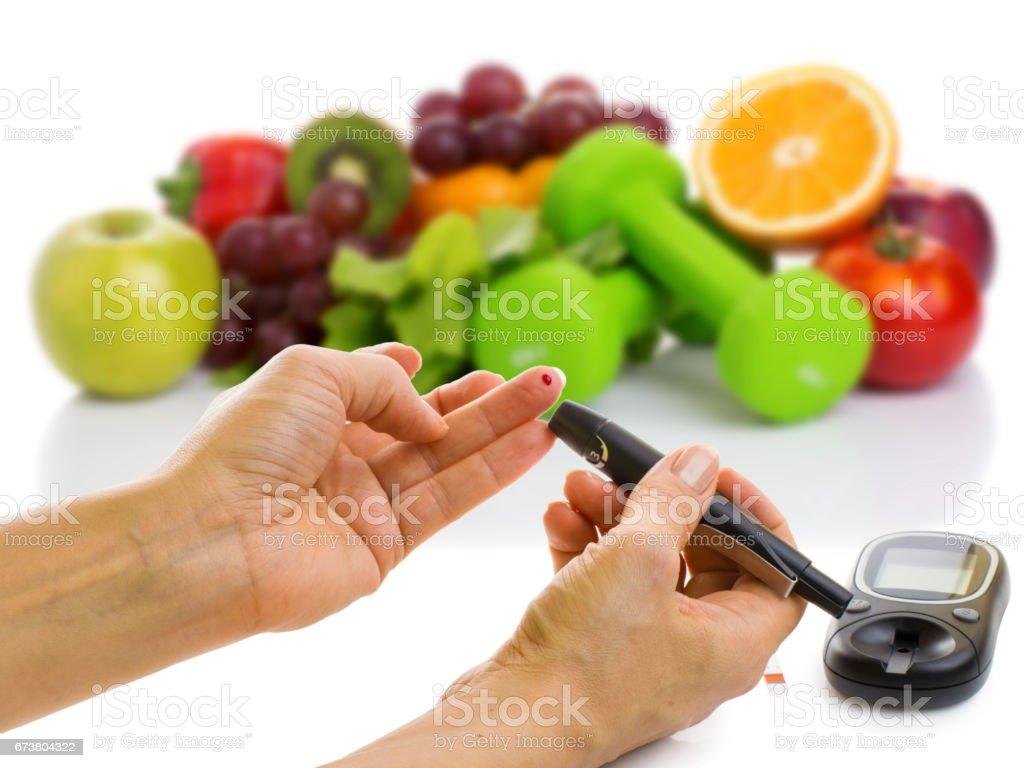 Şeker Ölçüm için glikoz düzeyi ve sağlıklı organik gıda royalty-free stock photo