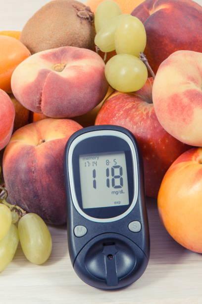 Glucometer zur Messung des Zuckerspiegels und nahrhafte Lebensmittel als Quell-Vitamine, Diabetes-Konzept – Foto