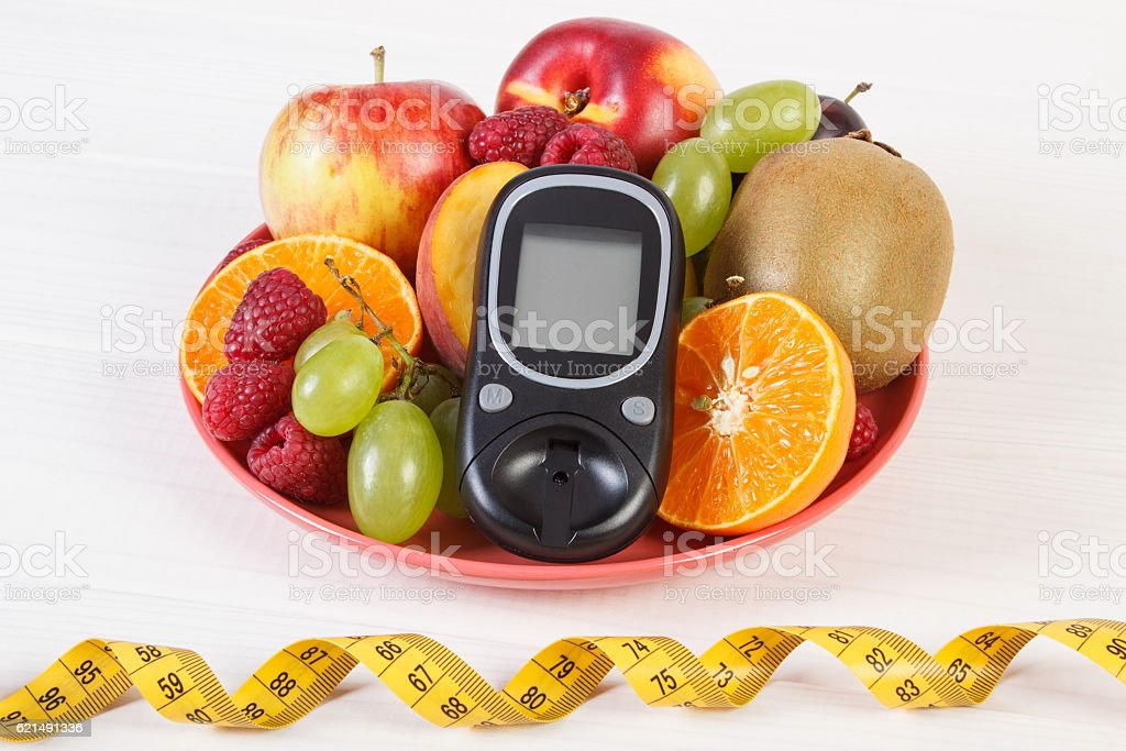 Glucometer, fresh fruits on plate and centimeter, diabetes photo libre de droits