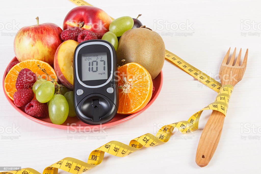 Glucometer, fresh fruits on plate and centimeter, diabetes photo libre de droits