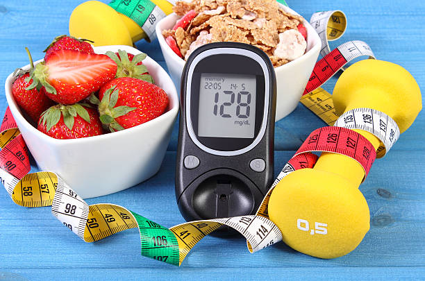 Glucometer with sugar level, healthy food, dumbbells and centimeter – Foto