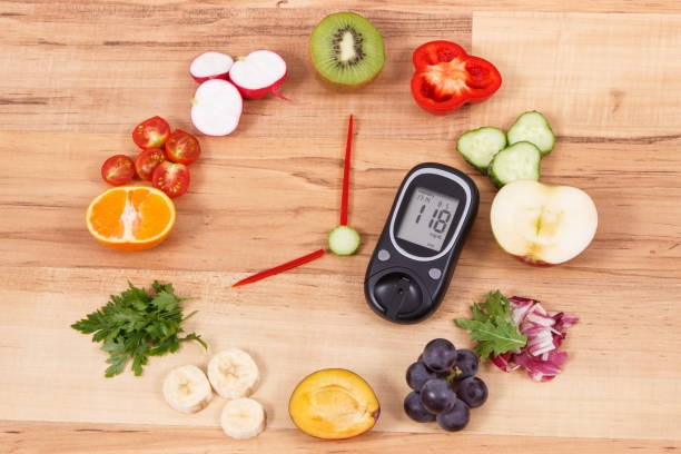 blutzuckermessgerät mit obst und gemüse in form der uhr, gesunde ernährung für frühstück-konzept - grape sugar stock-fotos und bilder