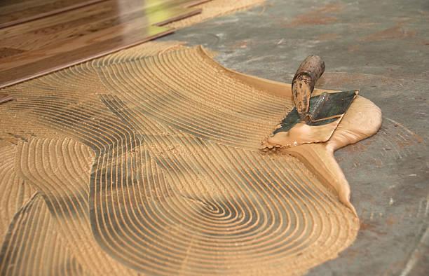 geklebte-holzboden: thinset stößel und kelle-handwerk und garten - betonkleber stock-fotos und bilder