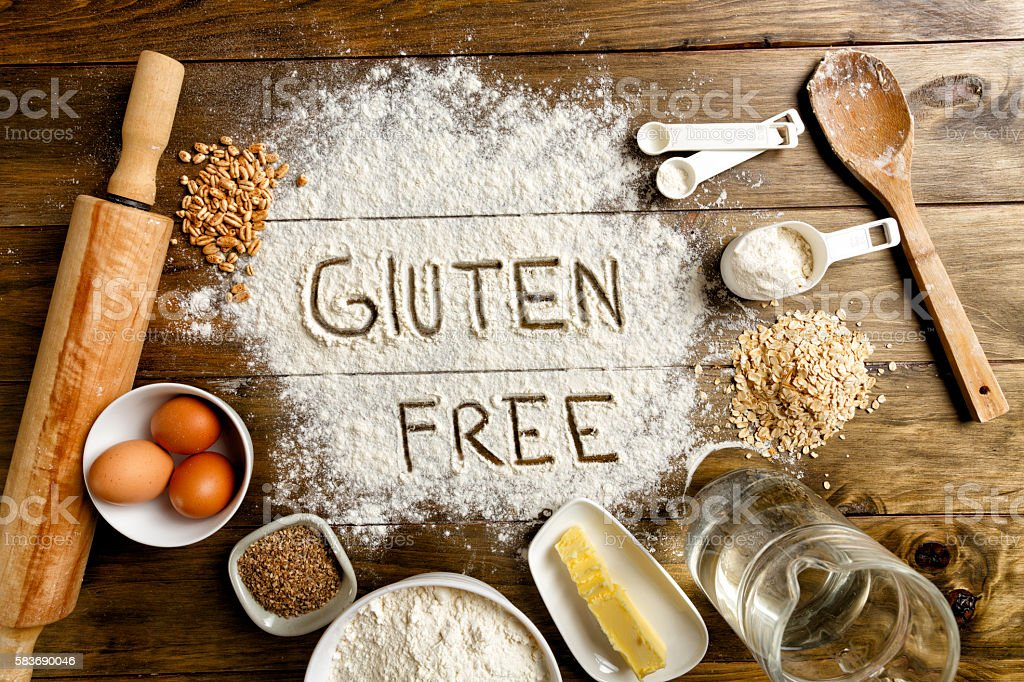 Gluten free bread ingredients and utensils on wood frame background - foto de stock
