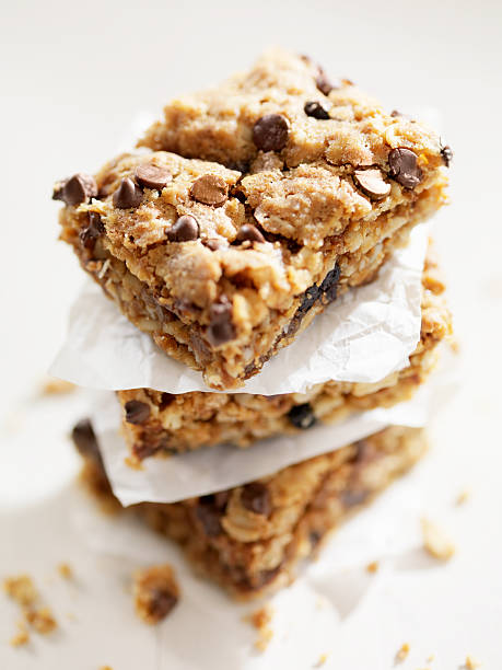 gluten free, chocolate chip dessert squares - kauwgomachtig stockfoto's en -beelden