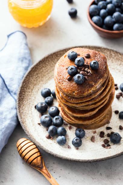 gluten-freie hafer-pfannkuchen mit blaubeeren und schokolade - buchweizenpfannkuchen stock-fotos und bilder