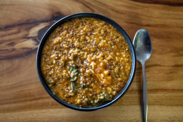 glutenfreie suppe - spinatsuppe stock-fotos und bilder