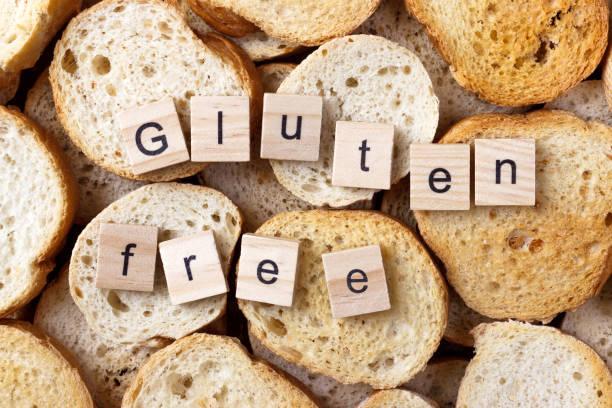 gluten free text on background from many small round rusks. top view - impasto per il pane foto e immagini stock