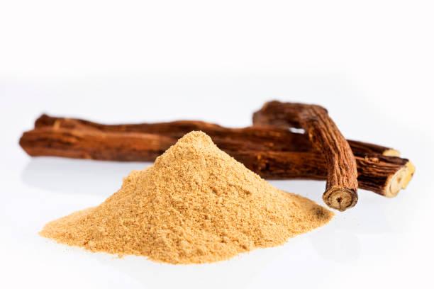 glycyrrhiza glabra - licorice powder and roots - liquirizia foto e immagini stock
