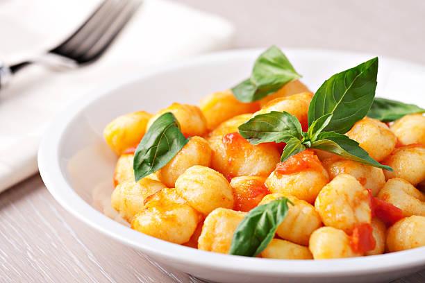 Gnocchi mit Tomaten mozzarella und Basilikum – Foto
