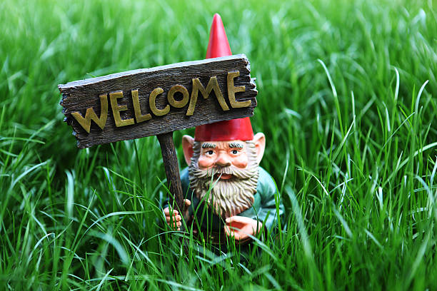 Gnome mit welcome-Schild – Foto