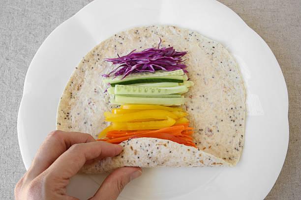 gehen grün, regenbogen salat tortilla-wraps - veggie wraps stock-fotos und bilder