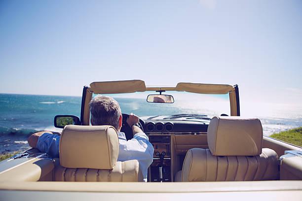 gehen sie ihren eigenen weg - alten muscle cars stock-fotos und bilder