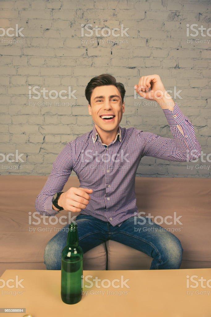목표! 맥주와 함께 축구를 보고 하는 쾌활 한 행복 한 사람 - 로열티 프리 가정 생활 스톡 사진