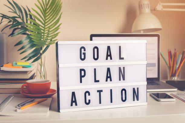 家庭辦公室辦公桌上燈箱上的目標、計畫、行動案文 - 動作 個照片及圖片檔