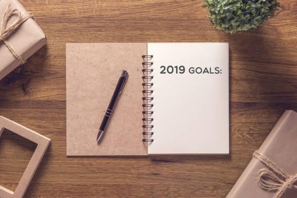 2019 doelen lijst laptop die gift box nieuwjaar op houten tafel achtergrond. - goal stockfoto's en -beelden