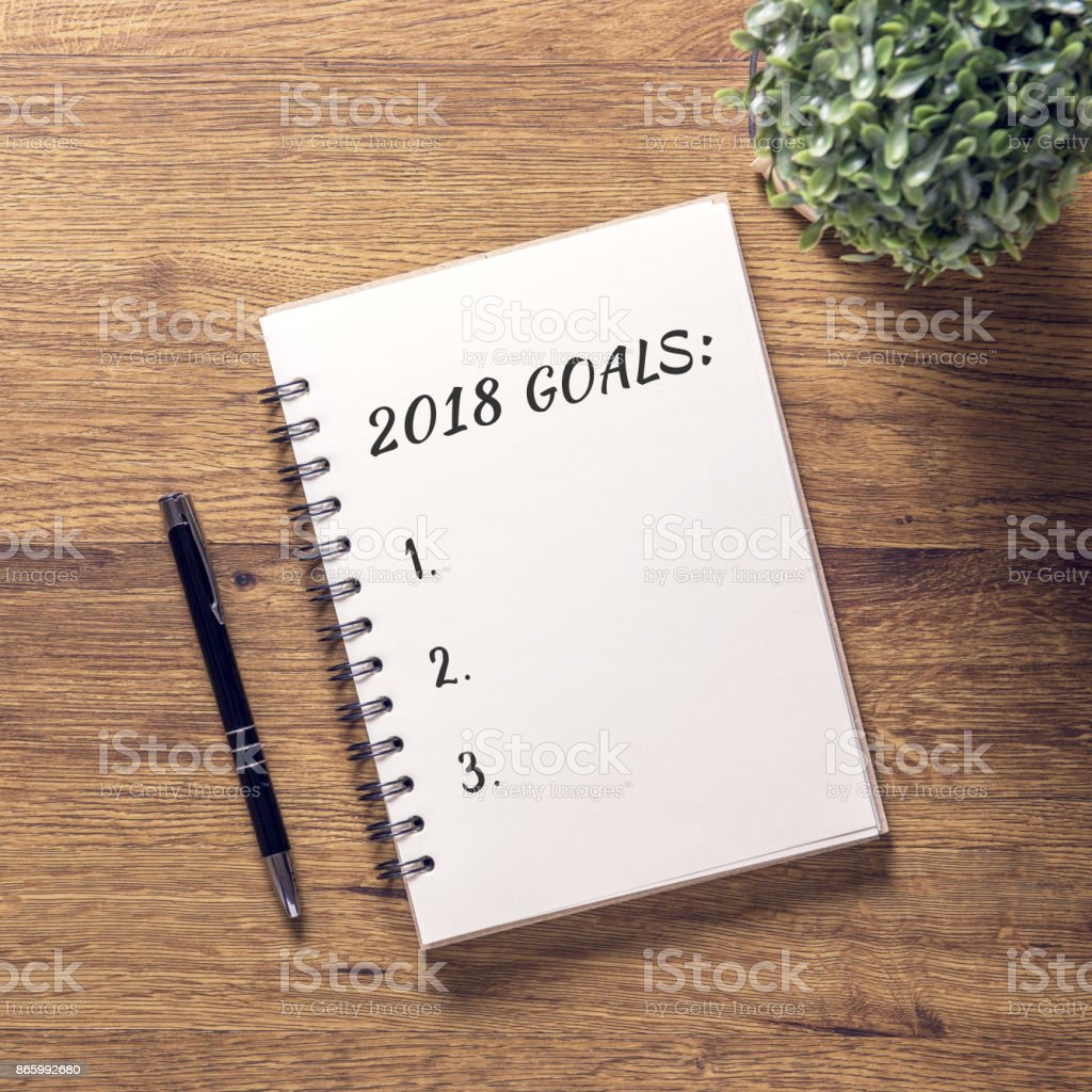 2018-Ziele-Liste im Notebook mit Geschenk Box Silvester auf dem Holztisch Hintergrund. – Foto