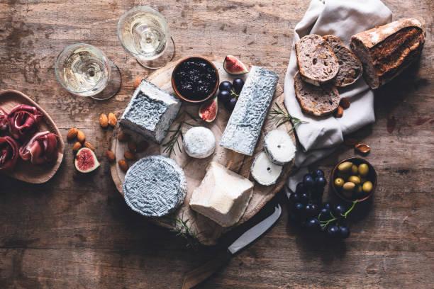 plato de queso de cabra de francia - cultura francesa fotografías e imágenes de stock