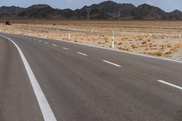 Wüste Straße Gobi auf riesiger trockener Wildnis – Foto